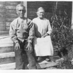 Liisa ja Erik sittande på sin stugutrappa