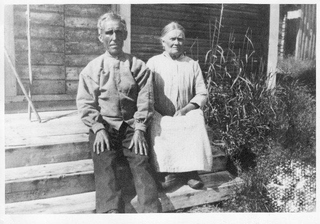Liisa ja Erik tupansa portailla